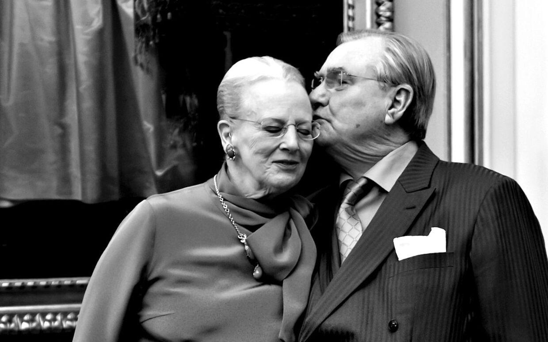 Prins Henrik var en af de første danskere, der fik et par af Lindbergs lette titaniumbriller. Siden fik Dronningen også et par.