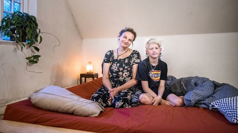Karen Hedegaard Mortensen har fem børn med sin mand Thyge. Alle børn har samsovet med deres forældre. Alle har deres egne senge, men for det meste sover de i sengen, som Karen har lavet. Her ses Karen med sin søn Anders i deres hjem i Rudme på Fyn.