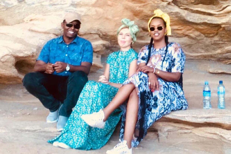 Carrie Symonds (i midten) sammen med sin veninde Ninco Ali under besøget i Somaliland.