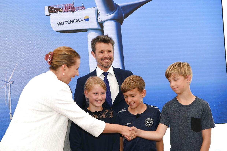 Kronprins Frederik og elever fra 5.A på Hvide Sande Skole.