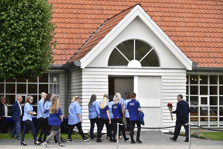 En stor gruppe ansatte i Jysk var mødt op foran kirken før bisættelsen for at mindes Jysk-stifteren. Bo Amstrup/Ritzau Scanpix