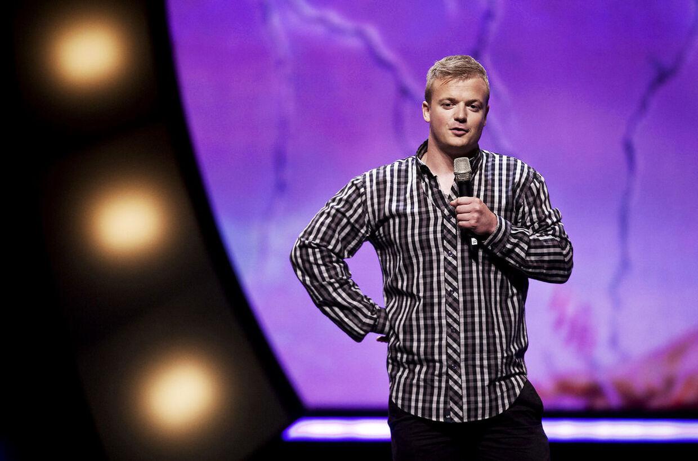 Tobias Dybvad på scenen ved Zulu Comedy Galla i 2012. Året før vandt han Talentprisen.