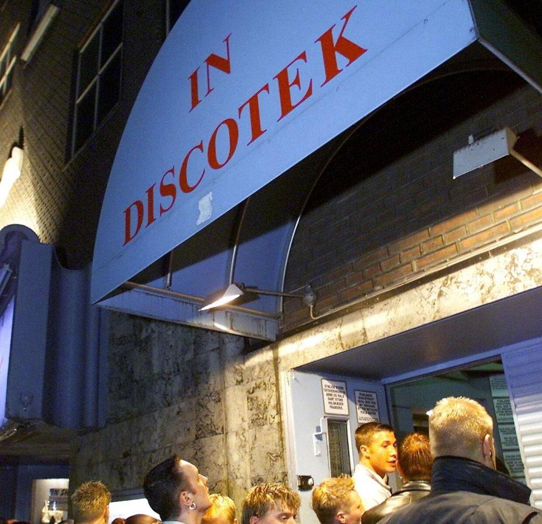 Kø foran natklubben, da den stadig hed Diskotek In.