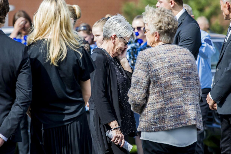 Lars Larsens hustru,, Kristine Brunsborg, var tydeligt berørt, da hun sagde farvel ved sin mands kiste torsdag eftermiddag.