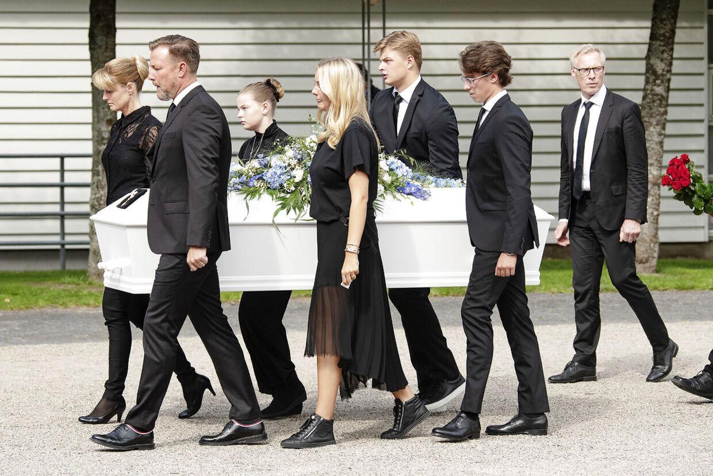 Lars Larsens kiste blev båret af børnene Jacob Brunsborg (47 år), Mette Brunsborg (44 år) samt børnebørnene Christian Birk Brunsborg (19 år), Christine Birk Brunsborg (18 år), Søren Hansen Brunsborg (18 år) og Line Hansen Brunsborg (12 år).