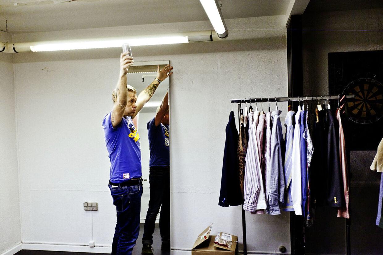 Casper Christensen alene i omklædningsrummet, før han går på scenen