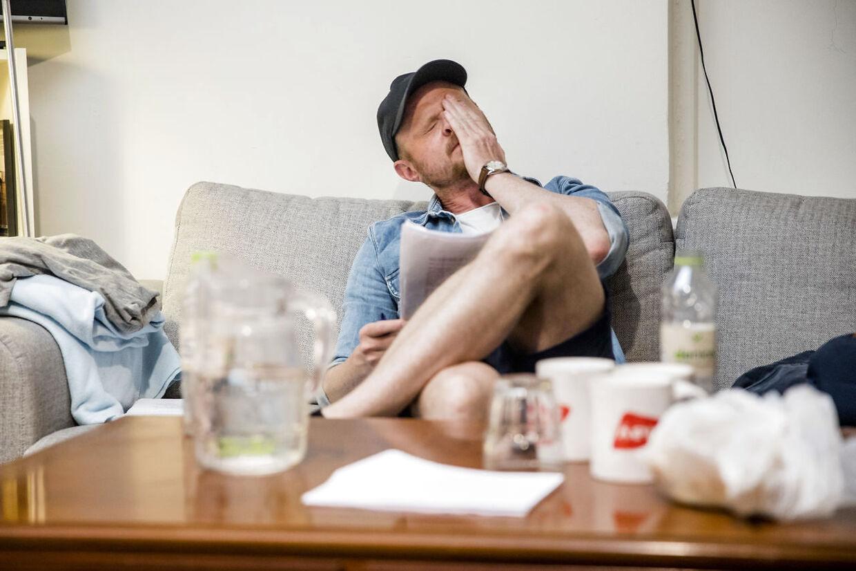 Komiker Jonatan Spang kigger sit materiale igennem inden sit show.