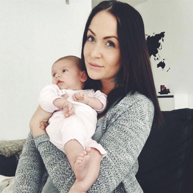 Stephanie Karma Salvarli fik sin datter Alba og har efterføgende valgt, at pigen skal være en del af den lille familie, som Danmark kender så godt fra fjernsynet.