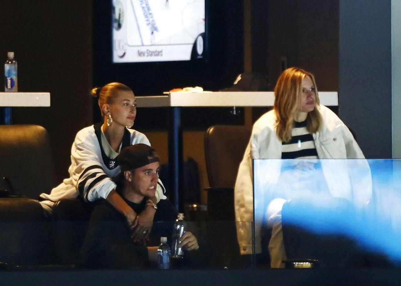 Justin og Hailey Bieber til en NHL-kamp i Boston, Massachusetts.