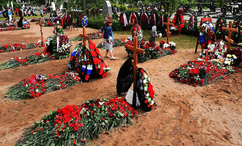 En kvinde sørger efter begravelsesceremonien for de 14 besætningsmedlemmer i Sankt Petersborg den 6. juli 2019