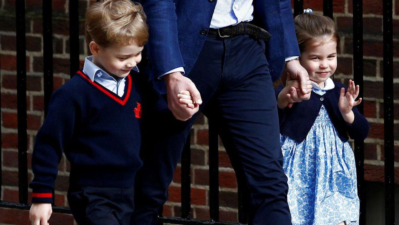 Prins George sammen med sin søster, prinsesse Charlotte. Prins George går på privatskole i London.
