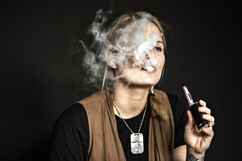 Der har været meget debat om e-cigaretter i Danmark. Modstandere er bekymrede, fordi vi ikke kender de langsigtede konsekvenser af brugen, mens fortalere argumentere for, at e-cigaretterne hjælper mange til at holde op med at ryge cigaretter.