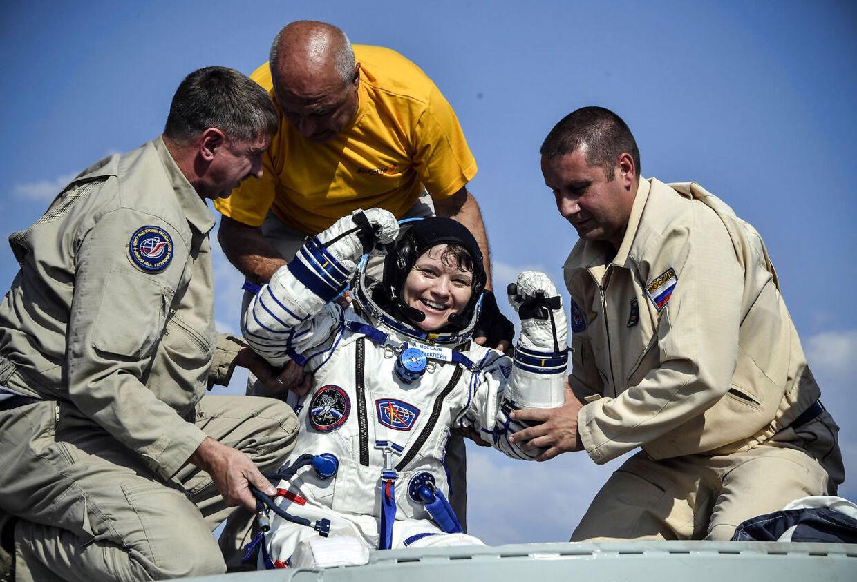 Anne McClain bliver hjulpet ud af Soyuz MS-11-kapslen kort efter landingen i Kazakhstan i juni 2019.
