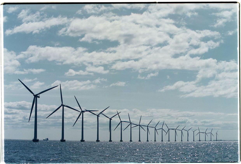 Danmark har opstillet vindmøller på land siden 1970'erne og er blandt de førende i verden, når det gælder udvikling, produktion og opstilling af vindmøller.