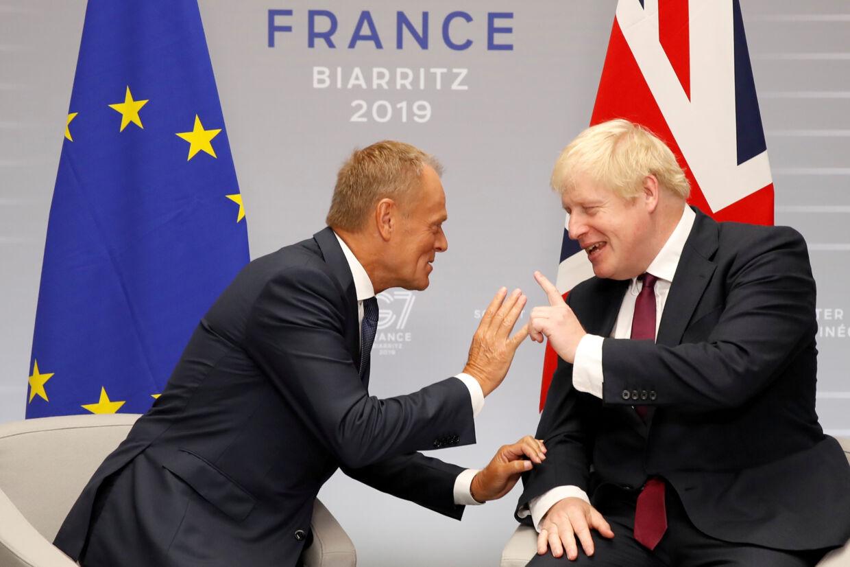 På sidelinjerne af G7-topmødet har den britiske premierminister, Boris Johnson, haft drøftelser med EU's præsident, Donald Tusk, og forsikret ham om, at han ønsker et brexit med en aftale. Christian Hartmann/Reuters