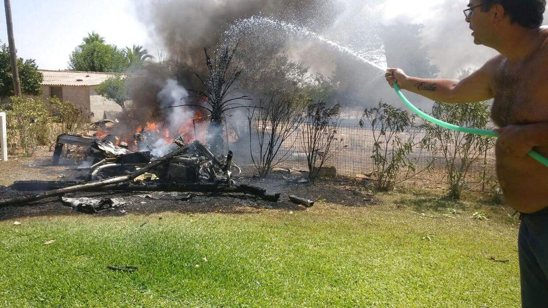 Vragdelene brød i brand efter ulykken. Lokale mennesker forsøgte at hjælpe til med slukningsarbejdet.