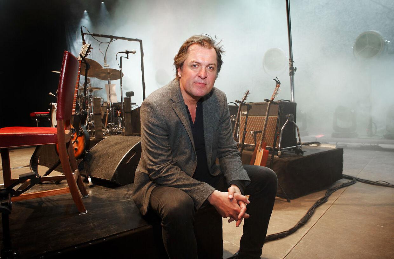 Jørn Jeppesen debutterer som solist med albummet 'Odense Banegård'.