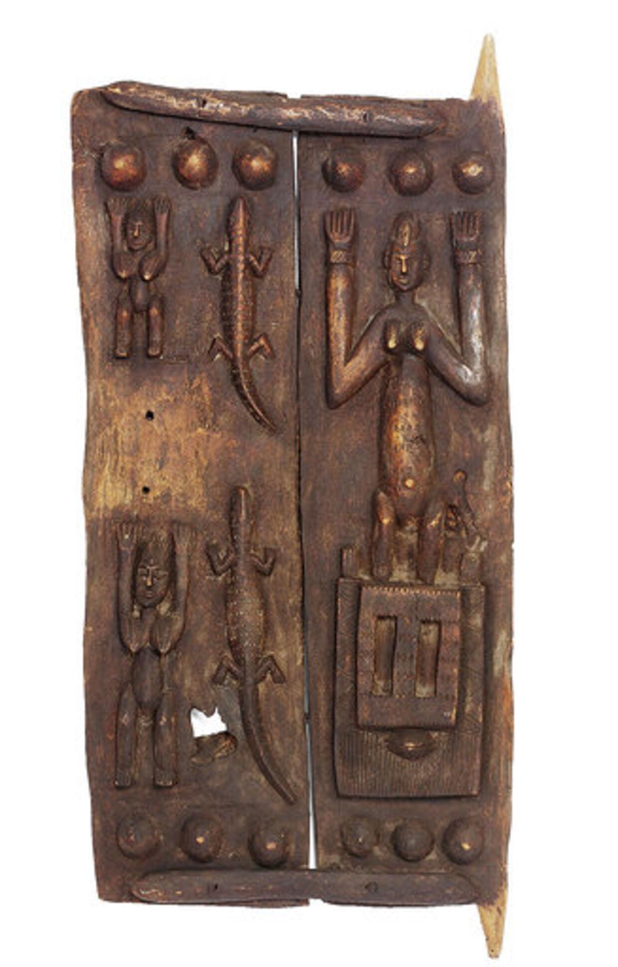 Katalog nr. 385: To udskårne afrikanske døre. Over en meter høje. Blev solgt for 42.000 kr. Var vurderet til 3-5.000.