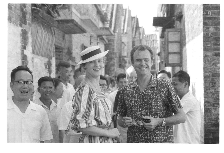 Dronning Margrethe og prins Henrik i Kina, hvor de er på en gåtur.