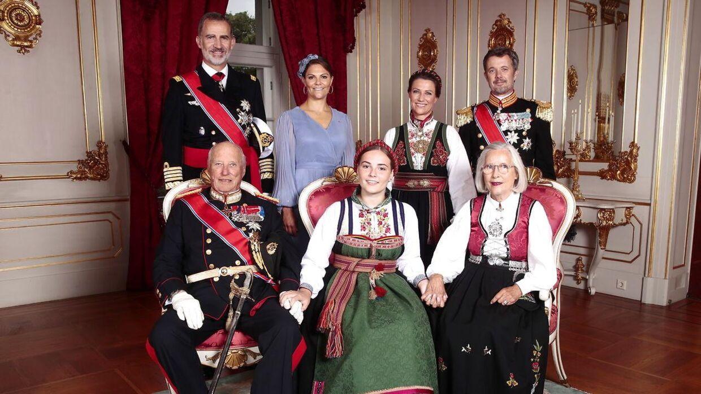 Her ses konfirmanden med sine gudfædre, sin farfar, Kong Harald, samt sin mormor Marit Tjessen. Gudfædrene er bagerst fra venste; Kong Felipe af Spanien, kronprinsesse Victoria af Sverige, prinsesse Martha Louise - konfirmandens faster - samt kronprins Frederik af Danmark sant