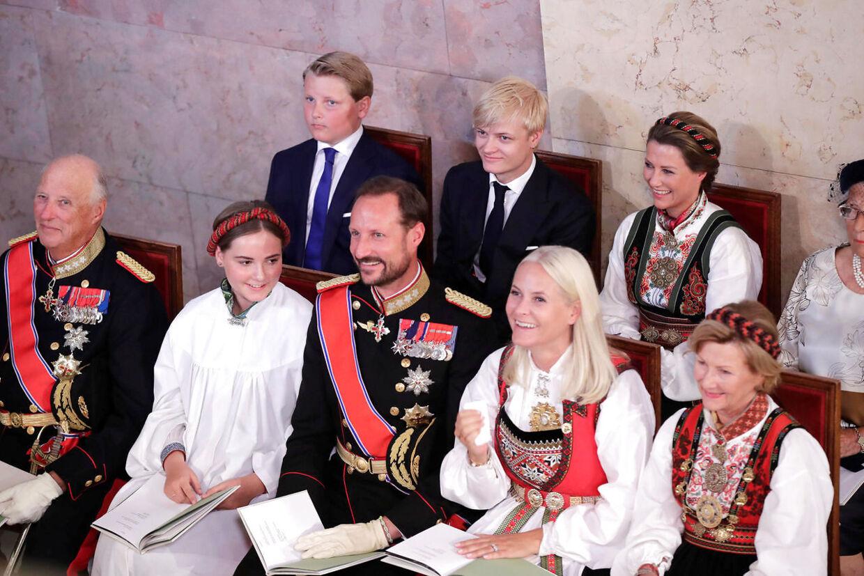 Her ses konfirmanden i kirken med sin familie.