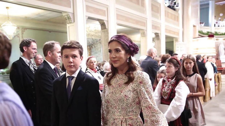 Prins Christian deltager lørdag i den norske prinsesse Ingrid Alexanders konfirmation sammen med sine forældre kronprinsparret. Her ses han i kirken med sin mor i kirken.
