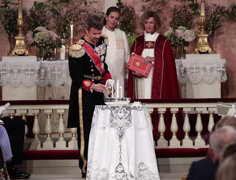 Kronprinsen sad ikke sammen med Mary og Christian ved konfirmationen, da han skulle være fadder. Her tænder han et lys som fadder.