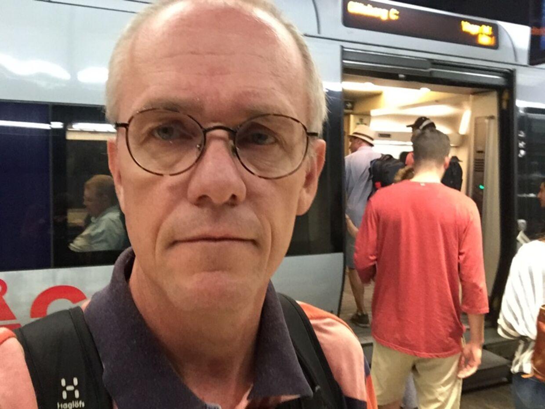 Michael Kring er utryg ved at gå rundt på Nørreport Station med sin cykel.