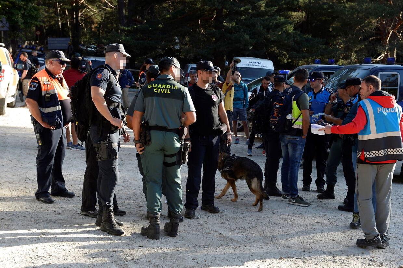 Massivt politiopbud i skoven.