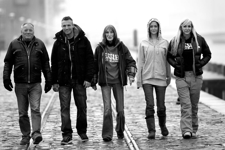 Arkivfoto af familien fra Bryggen. Fra venstre mod højre: Ole Kessler, Mikkel Kessler, 'Mopper', Stephanie 'Geggo' og Linse Kessler.