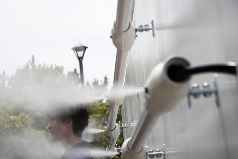 Stationer med vandspray er blevet installeret flere steder i Tokyo for at kæmpe mod varmen forud for OL i hovedstaden i 2020. Behrouz Mehri/Ritzau Scanpix