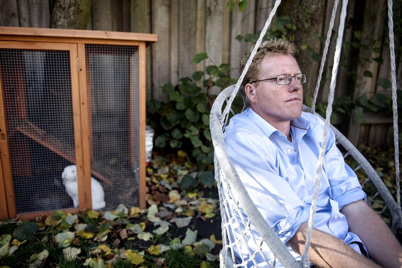 Sebastian Klein er tv-vært og forfatter. Her er han fotograferet derhjemme i forbindelse med udgivelsen af bogen om sin far, Jesper Klein.