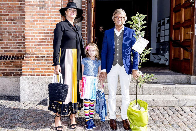Bille August og familie ankommer til kirken med et træ.