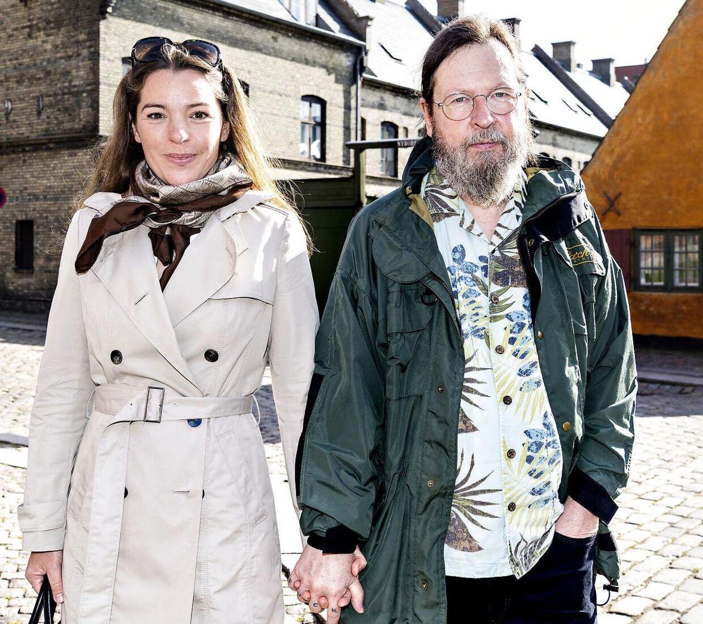 Lars von Trier ankommer til kirken med sin kæreste, Rebecca.