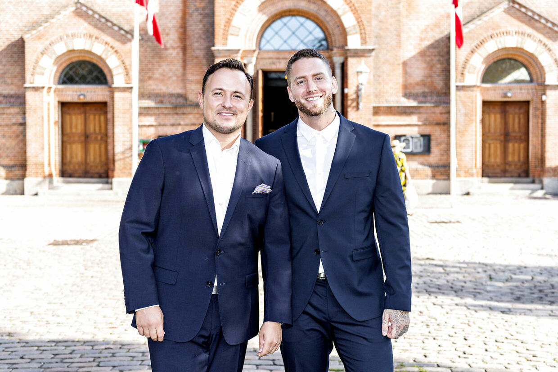 Thomas Evers Poulsen og hans islandske kæreste ankommer til kirken.