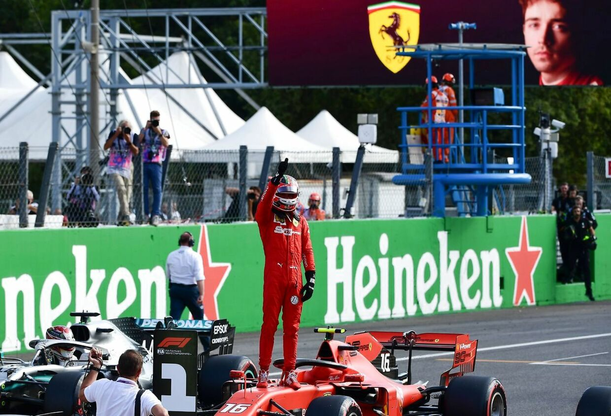 Charles Leclerc fejrer sin pole position. (Photo by Miguel MEDINA / AFP)