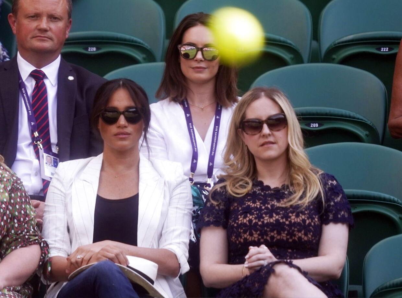Meghan Markle ser sin veninde Serena Williams spille Wimbledon den 4. juli 2019.
