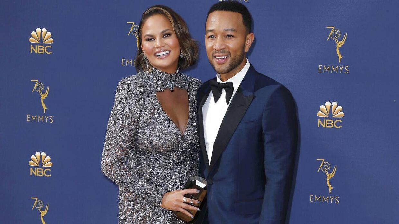 Chrissy Teigen og John Legend til sidste års Emmy-uddeling. (Foto: Scanpix/REUTERS/Kyle Grillot)