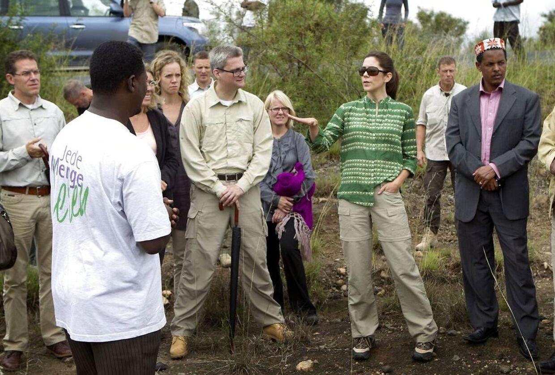 Her ses kronprinsesse Mary og udviklingsminister Søren Pind på besøg i Hulbareg provinsen under turen til Afrika i 2011.