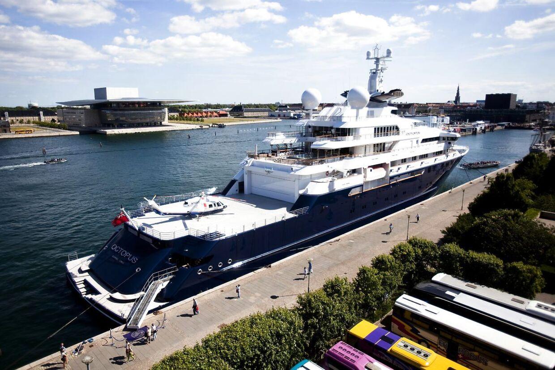 Octopus besøgte i 2010 Danmark. Her ses det store skib ved Langelinje.