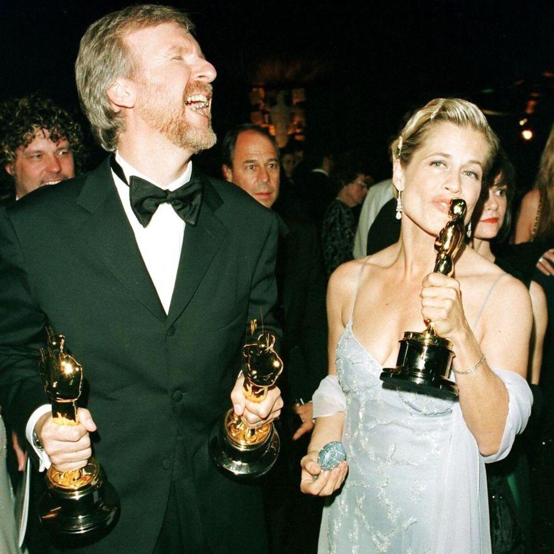 Her ses Linda Hamilton med James Cameron, da han vandt en masse oscars for filmen 'Titanic'. Parret blev skilt i 1999. Cameron er ikke instruktør på den nyeste Terminator-film, men vil være producer på den. AFP PHOTO/Vince BUCCI. VINCE BUCCI / AFP