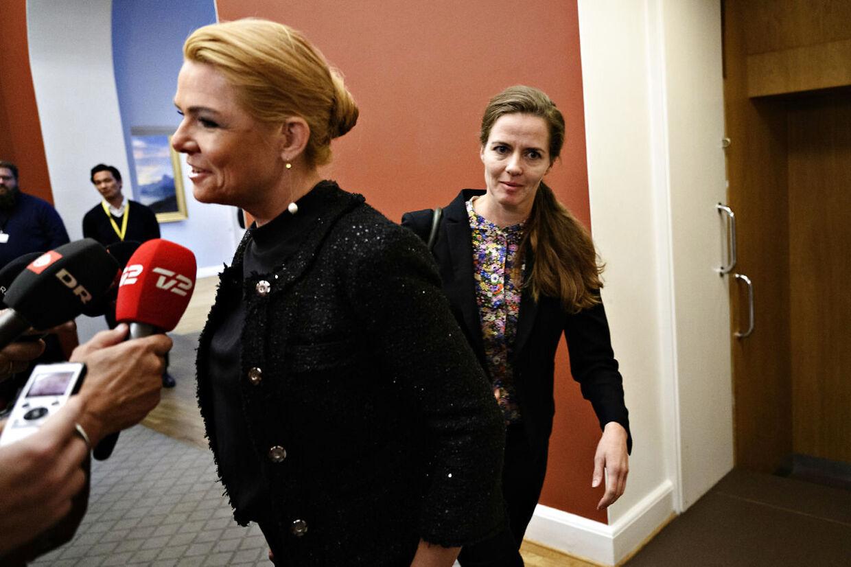 Ellen Trane Nørby (V) passerer Inger Støjberg (V) på vej til Venstres gruppemøde på Christiansborg tirsdag den 10. september 2019.. (Foto: Philip Davali/Ritzau Scanpix)