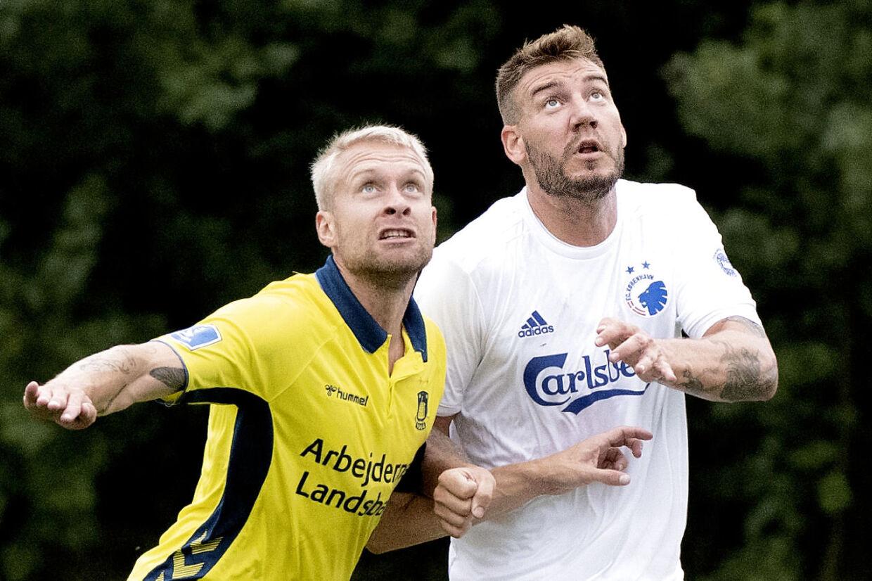 Nicklas Bendtner i kamp med en Johan Larsson, der ligeledes er vendt tilabge til dansk fodbold i dette transfervindue.