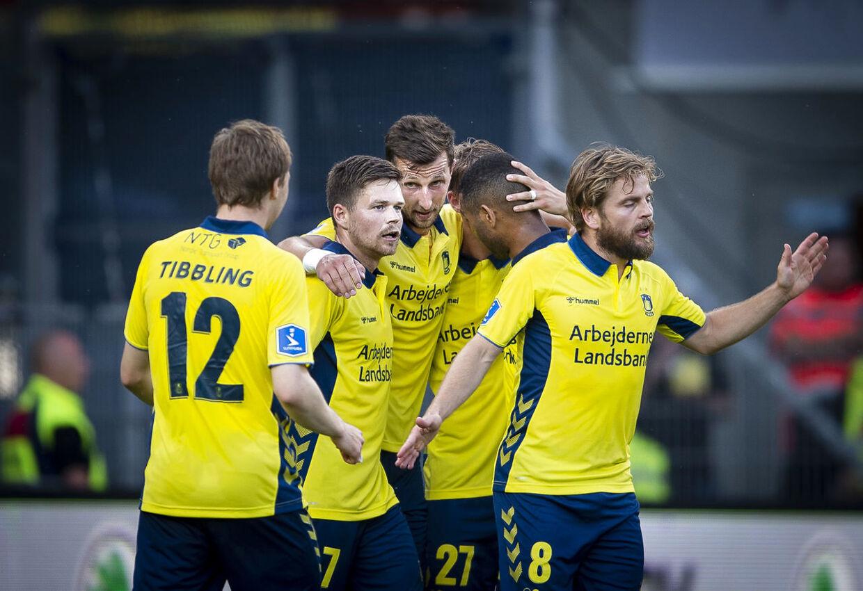 Kamil Wilczek omringet af jublende holdkammerater efter endnu en Superliga-kasse.