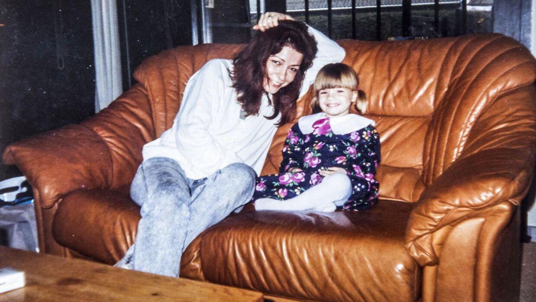 Gigi med sin mor, der drak under graviditeten. Foto: privat.