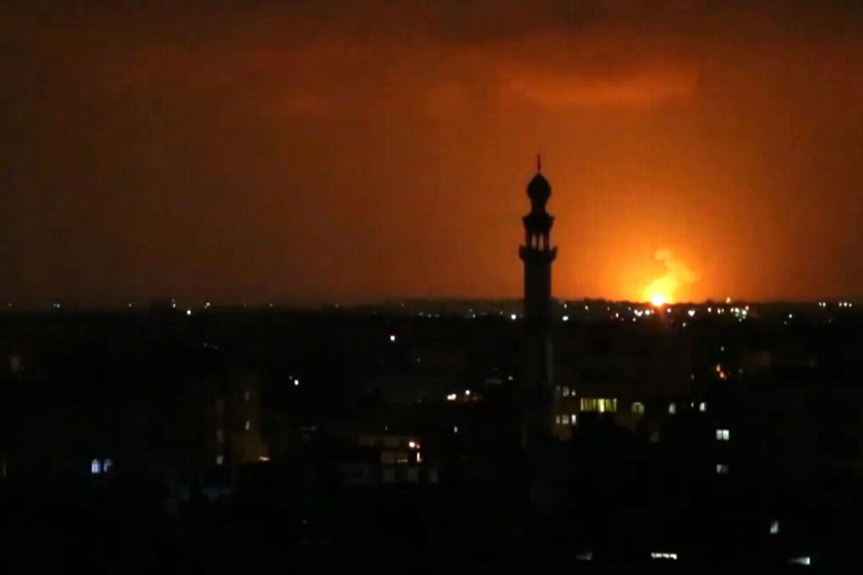 En eksplosion lyser op nær byen Deir el-Balah tidligt onsdag. Israelske fly angreb i løbet af natten flere mål i Gaza. Said Khatib/Ritzau Scanpix