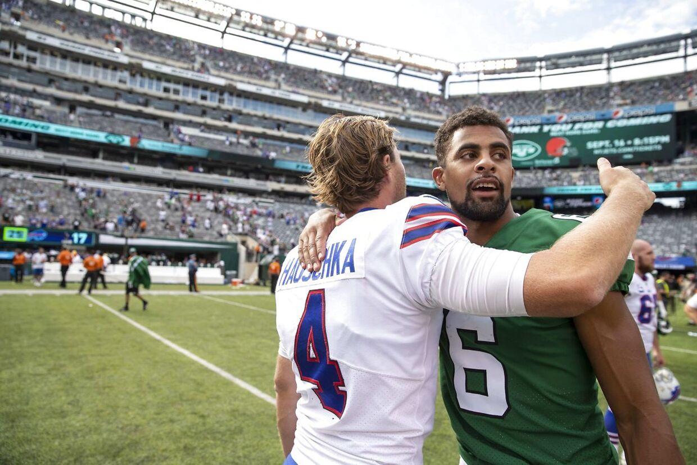 Kåre Vedvik (th.) efter den første og eneste kamp for New York Jets.