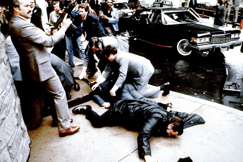 Dette foto er taget af fotograf Mike Evens den 30. marts 1981 kun sekunder efter attentatet mod præsident Ronald Reagan. Han blev ramt af et af seks skud affyret af John Hinckley.