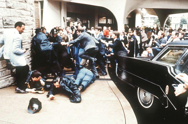 Politifolk og Secret Service-agenter træder straks i aktion.