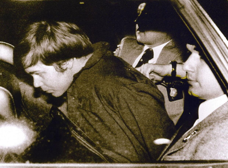John Hinckley Jr. (tv.) eskorteres af politiet efter at være blevet arresteret.